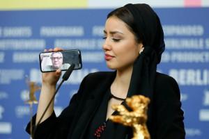 L'attrice Baran Rasoulof, figlia del regista e vincitore dell'Orso d'Oro Mohammad Rasoulof (al telefono).          RONALD WITTEK/EPA-EFE/Shutterstock
